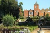 Holland Park, historická zahrada s armilární sférou